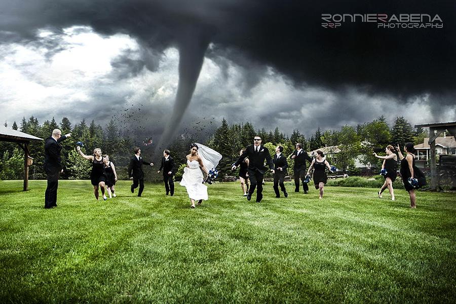 Novios huyendo de un tornado