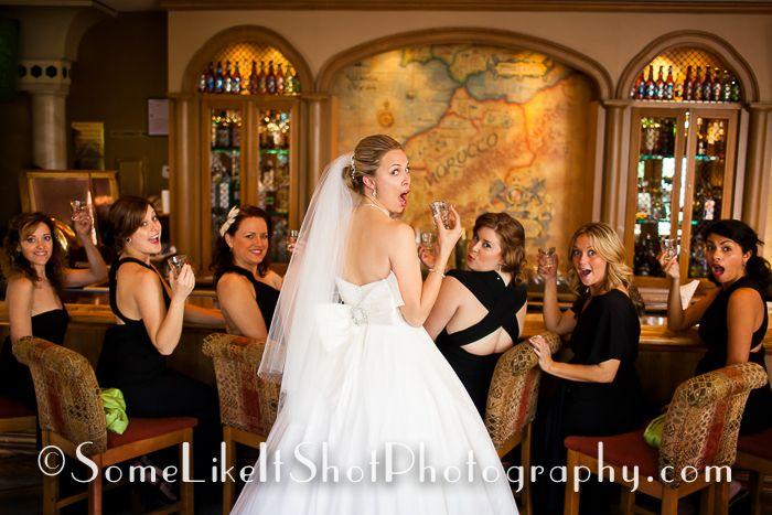 La novia y sus amigas se toman un chupito para relajar los nervios