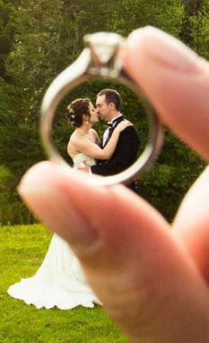 Novios enmarcados en un anillo de boda